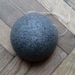 รีวิวการใช้ฟองน้ำใยบุกผสมถ่านชาร์โคว์ ที่มา http://amumreviews.co.uk/konjac-bamboo-charcoal-facial-sponge-review/